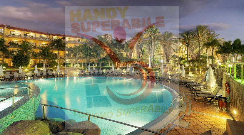 Vista general nocturna de la piscina principal y el hotel