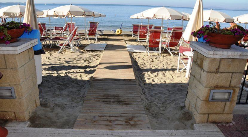 ingresso spiaggia con ombrelloni riservati e sedia job  (2000 x 1328)